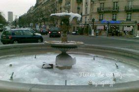 凍りついた噴水、冬のパリは過酷です